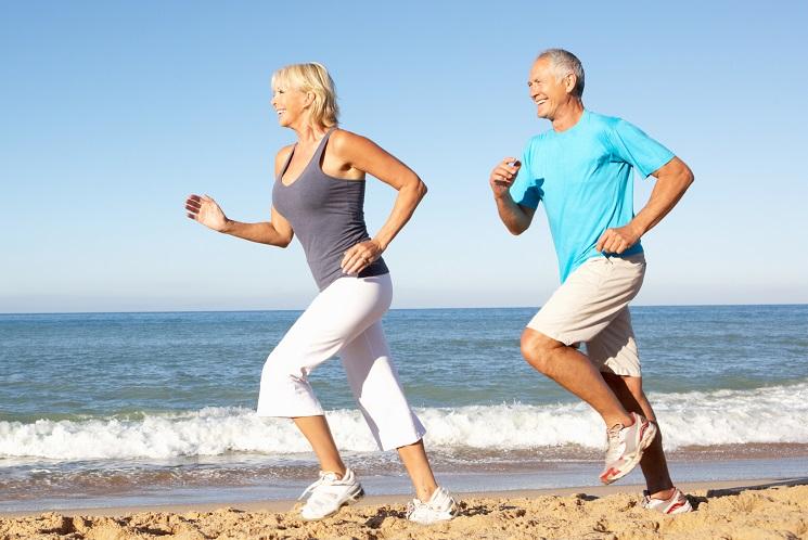 Äldre par springer